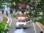 ambulans-yang-coba-kabur-saat-demo-omnibus-law-di-jakarta-dan-nyaris-tabrak-polisi-foto.jpg