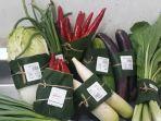 bintang-supermarket-menggunakan-daun-pisang-untuk-bungkus-makanan.jpg