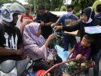 damma-yanti-wanita-asal-banda-aceh-tengah-membagi-bagikan-masker-dan-hand-sanitizer-gratis.jpg