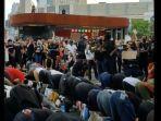 demonstran-melaksanakan-sholat-di-tengah-aksi-protes-di-new-york.jpg