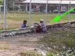 foto-nenek-antar-makanan-untuk-cucu-terungkap-mengapa-bertemu-di-pagar-sekolah.jpg