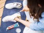 membersihkan-sepatu-sneakers-menggunakan-pasta-gigi.jpg