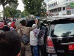 mobil-kadisdik-padang-dihadang-orang-tua-murid-yang-protes-terkait-ppdb-jalur-zonasi.jpg