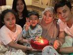 muzdalifah-merayakan-ulang-tahun-bersama-kelima-anaknya-dan-sang-suami-fadel-islami.jpg