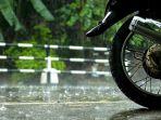 naik-motor-di-musim-hujan_20171003_150019.jpg