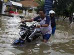 orang-dorong-motor-saat-banjir.jpg