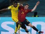 pemain-depan-swedia-alexander-isak-kiri-berebut-bola-dengan-bek-spanyol-aymeric-laporte.jpg