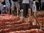 pemakaman-masal-korban-tanjakan-emen_20180212_142757.jpg