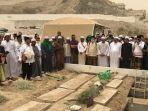 pemakaman-mbah-maimun-di-al-mala-mekkah.jpg