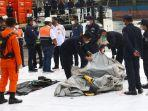 petugas-memeriksa-benda-yang-diduga-serpihan-dari-pesawat-sriwijaya-air-sj-182-rute.jpg