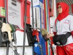 petugas-saat-mengisi-bbm-mobil-di-stasiun-pengisian-bahan-bakar-umum-spbu_20181010_142021.jpg