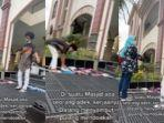 raja-pemuda-viral-karena-sambut-dan-rapikan-sandal-jamaah-masjid.jpg