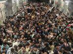 ratusan-orang-masuk-di-dalam-satu-pesawat-saat-ribuan-warga-afghanistan.jpg