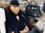 roy-kiyoshi-foto-di-dalam-pesawat-tas-hermes-hitamnya-curi-perhatian_20181007_180434.jpg