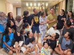 sarah-menzel-dan-keluarga-hermansyah-berikan-kejutan-untuk-ulang-tahun-azriel-hermansyah-3.jpg
