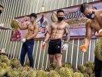 sejumlah-pria-bertubuh-seksi-di-toko-durian-bsamfruit-di-thailand.jpg
