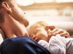 seorang-bayi-tertidur-di-dada-ayahnya_20170729_204131.jpg