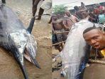 seorang-nelayan-di-nigeria-mendapat-ikan-besar-hasil-pancingannya.jpg