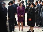 seorang-perempuan-korea-utara-mengenakan-pakaian-berwarna-ungu_20170227_224916.jpg