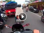 video-emak-emak-nyalip-kendaraan-di-jalan-macet_20170705_171314.jpg