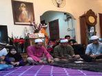 viral-foto-para-pria-muslim-yang-sedang-mengaji-tahlilan-di-rumah-orang-kristiani-ini.jpg