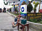 viral-pedagang-bensin-eceran-berjualan-di-depan-spbu-tak-takut-bersaing-meski-cuma-modal-6-botol.jpg
