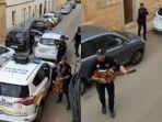 viral-video-polisi-di-spanyol-kompak-bernyanyi-untuk-hibur-warga-yang-isolasi-diri-pasca-lockdown.jpg