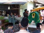 wakil-bupati-sleman-sri-muslimatun-saat-menghadiri-upacara-pemakaman-salah-satu-korban.jpg