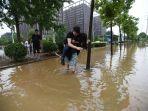 wanita-gendong-pacarnya-di-tengah-banjir_20170828_165700.jpg