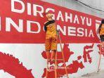 warga-membuat-tulisan-dirgahayu-indonesia-di-dinding.jpg