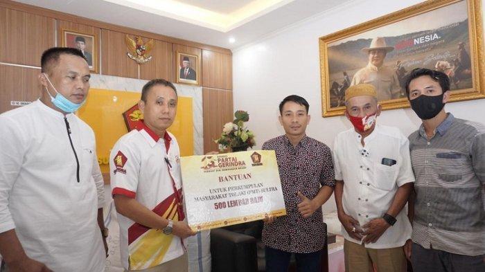 Penyerahan bantuan DPD Gerindra Sultra berupa 500 baju ke Perkumpulan Masyarakat Tolaki (PMT).