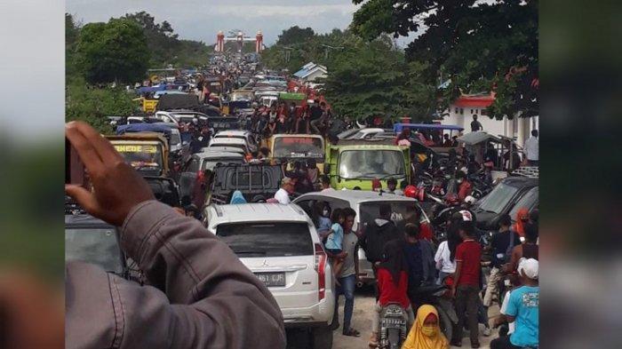 JALAN MACET - Tampak jalan macet karena lajur jalan menuju Pantai Mutiara, Buton Tengah, Sulawesi Tenggara, dipadati kendaraan wisatawan, Minggu (16/5/2021).