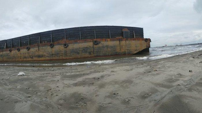 Tongkang Diduga Pengangkut Ore Nikel Tambang Terdampar di Pantai Konawe Utara