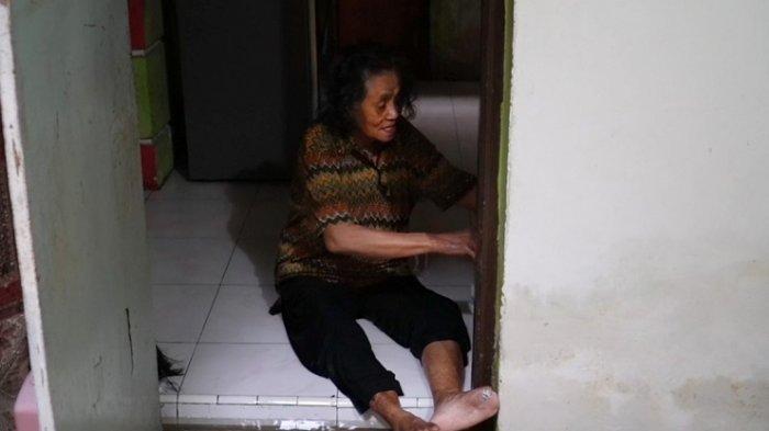 Seorang wanita lansia ikut terjadampak banjir rob di Kelurahan Tomba, Kota Baubau, Sulawesi Tengga, Jumat (2/4/2021). Bencana ini telah melanda pemukiman warga sejak tiga hari terakhir.