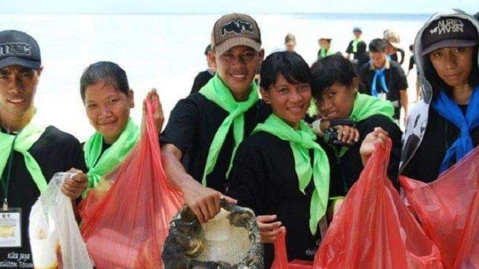 BAKTI SOSIAL - KPA Tomia telah mebersikan sampah plastik, di PantaiHundue, Desa Kollo Soha, Kecamatan Tomia, Kabupaten Wakatobi, Sultra, Minggu(2/5/2021). Bakti sosial digelar memperingati Hardiknas.