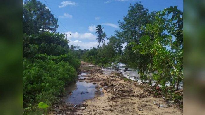 PARAH Jalan Rusak Penghubung Buton-Butur, Netizen Keluhkan Sampah dan Air Laut Penuhi Kubangan Jalan