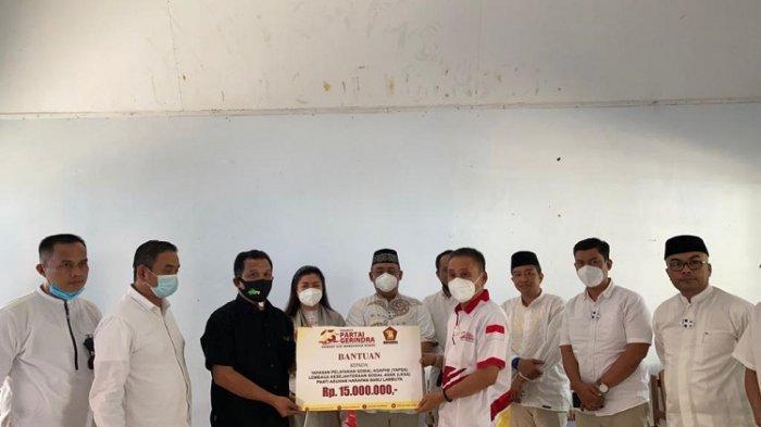 Penyerahan bantuan dana Sebesar Rp15 juta dari DPD Gerindra Sultra ke Panti Asuhan Harapan Baru Lambuya.