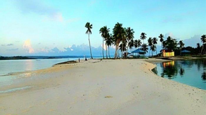 Pemandangan pasir putih pantai wantopi, hamparannya berada di teluk.