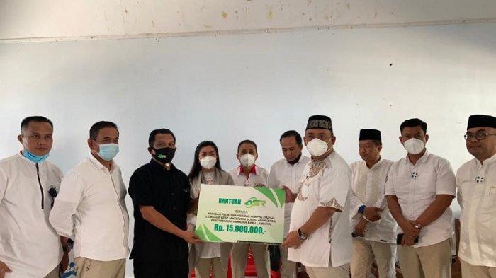 Pengurus DPD Partai Gerindra Sultra serahkan bantuan ke panti asuhan.