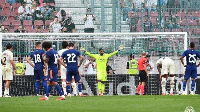 Kiper AC Milan Mike Maignan saat bersiap menghadapi tendangan penalti pemain Real Madrid Gareth Bale dalam laga pramusim di Stadion Worthersee, Klagenfurt, Austria, 8 Agustus 2021.