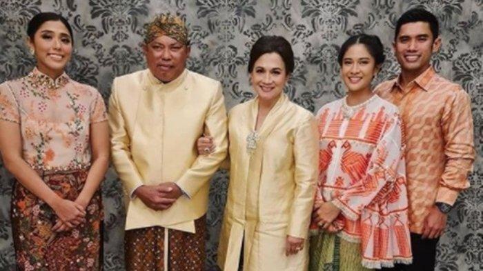 Pengusaha nasional Adiguna Sutowo (dua kiri) berpose bersama keluarga. Adiguna merupakan ayah mertua dari artis Dian Sastrowardoyo.