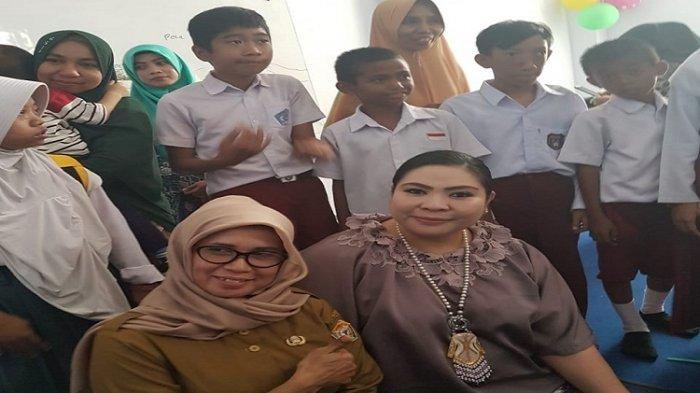Agista Ariany saat foto bersama denagan para siswa dan pengajar di Sekolah Khusus Negeri atau SKhN 1 Kendari.