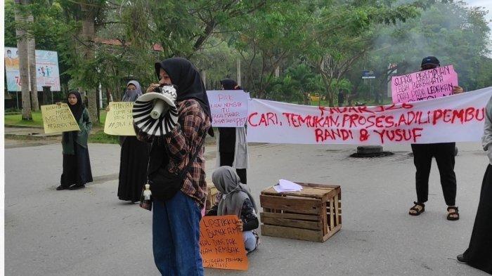 Aksi demonstran Radar 926 Mahasiswi UHO kenang 2 tahun kematian Randi dan Yusuf, di depan gerbang utama UHO, Rabu (1/9/2021)