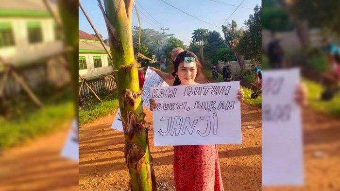 Aksi protes seorang warga tuntut perbaikan jalan di Desa Lalowaho Konawe. Tampak pohon pisang ditengah jalan yang rusak dan ditulisi aksi protes warga.