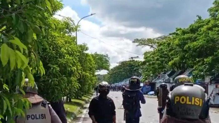 Dua Kelompok Massa Bawa Senjata Tajam Saling Serang Menggunakan Batu, Polisi Tembakan Gas Air Mata