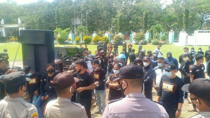 Massa aksi aliansi geram pemuda revolusioner menggelar aksi unjuk rasa di Kantor DPRD Konawe, Senin (02/8/2021). Massa menuntut perbaikan jalan di Desa Lalohao dan Tawarolondo Kecamatan Wonggeduku Kabupaten Konawe, Sulawesi Tenggara.