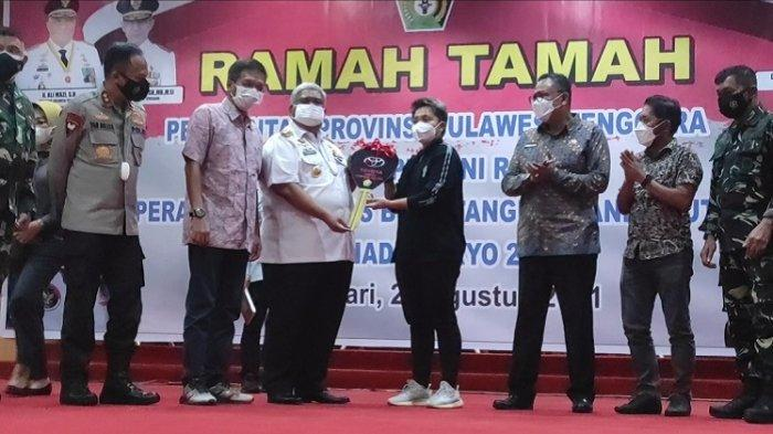 Apriyani Rahayu saat menerima secara simbolis hadiah mobil Toyota Innova yang diserahkan langsung Gubernur Sultra Ali Mazi, Jumat (27/8/2021).