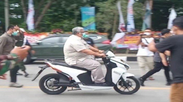 Gubernur Sulawesi Tenggara (Sultra) Ali Mazi mencoba mengendarai motor listrik bermerek Gesits yang berlangsung di depan kawasan Tugu Religi Sultra, Jalan Abdullah Silondae, Kelurahan Mandonga Kecamatan Mandonga, Kota Kendari, Sabtu (27/2/2021).