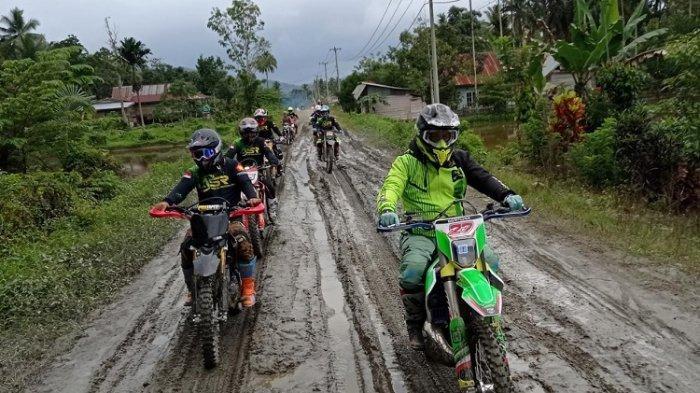 Adi Aksar Pimpin Rider ASR Jelajahi Pedalaman Kolaka Timur Pakai Motor Trail, Bagi Bantuan ke Warga