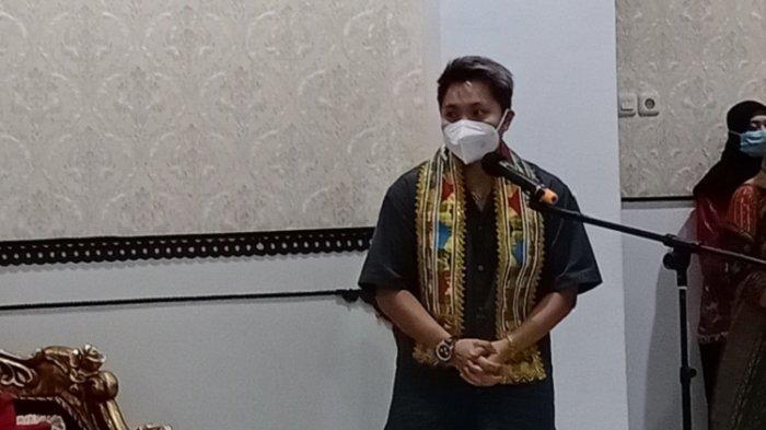 Apriyani Rahayu Sambangi Rujab Wagub Lukman Abunawas, Kenakan Kemeja Hijau Army, Gelang, Cincin